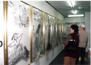 日本の神話伝承館 拝観する人々