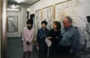 日本の神話伝承館に来館したフリーマン夫妻